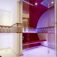 Raffinierte Decken- und Bankkonstruktionen sorgen für Komfort und Hygiene im Dampfbad.