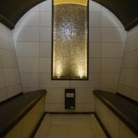 Dampfbad mit keramischen Formteilen als Alternative zur Sauna. Wandspiegel mit Mosaik