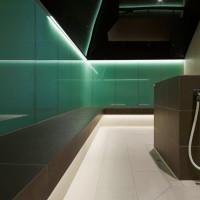 Effektvolle Lichtinszenierungen erfüllen den Raum mit sanfter Helligkeit.