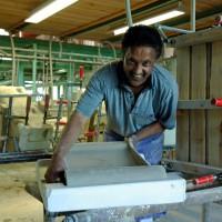 Ausformen der Keramik in der Keramikmanufaktur