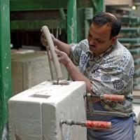 Eingießen der Keramik in der Manufaktur
