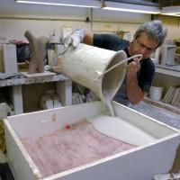 In unserer Manufaktur wird die flüssige Keramik in die Form gegossen.