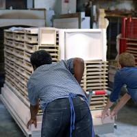 Die Keramik wird in den Brennofen eingeschoben.