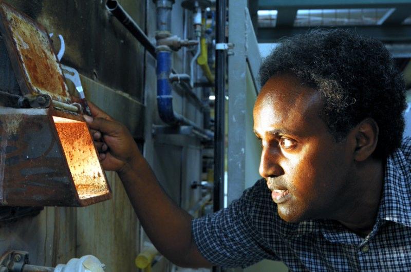 Der Brennofen für die Keramik wird geprüft
