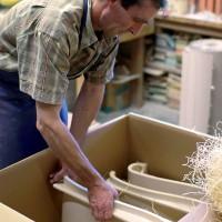 Die fertige Keramik wird zur Auslieferung verpackt