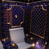 Luxus-Dampfbad mit Gold Elementen und Goldmosaik.