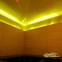 entspannendes Licht: Dampfbad mit Hinterleuchtung und Beleuchtung durch indirekte Dampfbadbeleuchtung.