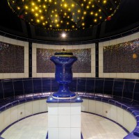 Rundes Dampfbad mit Mosaik, Fliesen und Keramik in gebogenen Formteilen.