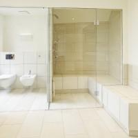 Dampfdusche mit Glasfront vereint Dampfbad und Dusche privat im Badezimmer, im Hotel oder im öffentlichen Thermalbad Bad, Spa oder Wellnessbereich.