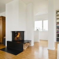 Kamin mit Feuertisch und Holzlager aus Stahlblech