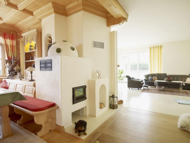 ofen im landhausstil mit sitzbank aus holz und verputzt hilpert feuer spa. Black Bedroom Furniture Sets. Home Design Ideas