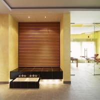 Design Wärmebank aus Keramik mit Holz Rückwand. Fußbad mit keramischen Fußbecken.