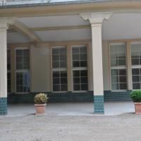 keramische Formteile in einer Orangerie an der Frontseite der Außenanlage
