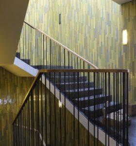 Treppenhaus mit Keramik