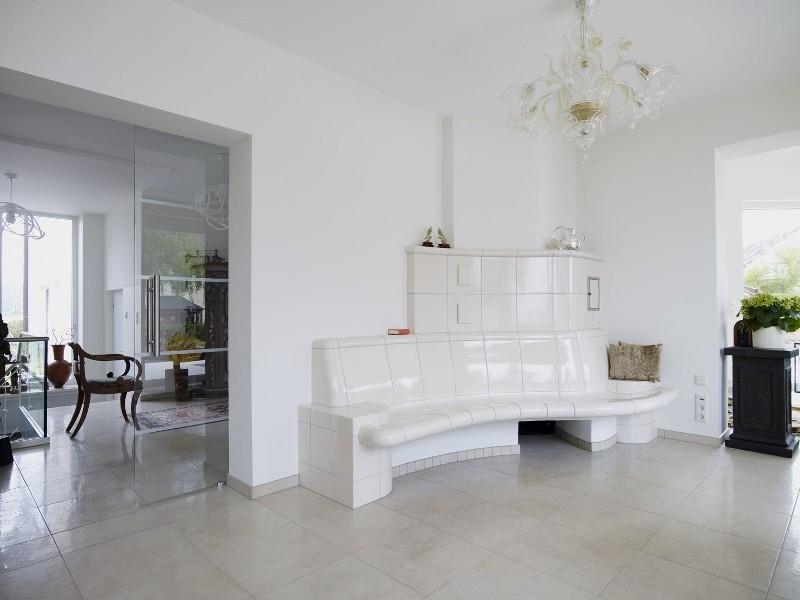 moderner kachelofen mit bank und gro formatiger keramik hilpert feuer spa. Black Bedroom Furniture Sets. Home Design Ideas