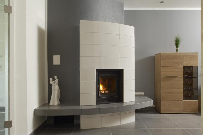 moderner kachelofen mit keramischer sitzbank hilpert feuer spa. Black Bedroom Furniture Sets. Home Design Ideas