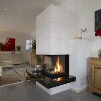 moderner Kamin mit großformatige Kermik und dreiseitig Glas