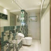 Bad mit WC, Urinal und Dusche