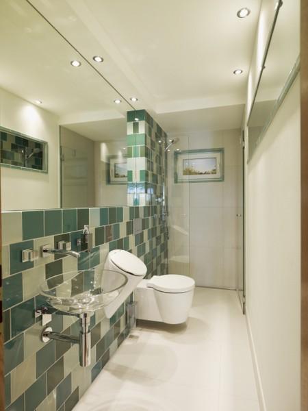 Bad mit WC, Urinal und Dusche - HILPERT - Feuer & Spa