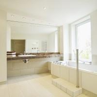 Massage-Badewanne und Waschtisch