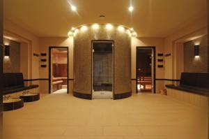 Forum mit Zugang zur Sauna, zum Dampfbad mit Wärmebank und Fußbecken