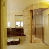 Pfalzhotel Asselheim: Der Vorraum der Dusche mit Wärmeband und Fußbecken läd zum Fußbad ein.