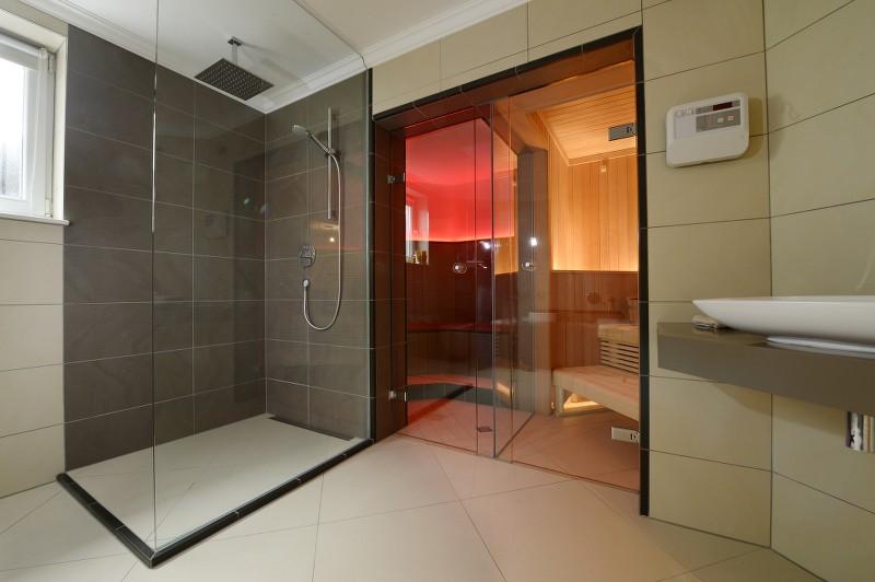 Wellness zuhause  Privat Spa WAR zuhause - Wellness Dusche vor Dampfbad und Sauna ...