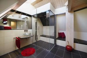 Designbad Privat-Spa KNO Bad Design Traumbad mit Dusche im Dachgeschoss unter Dachschräge
