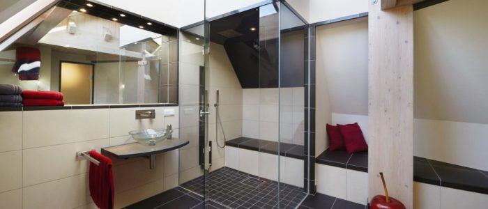 Privat-SPA mit kleinem Dampfbad mit Dusche im Dachgeschoß eines Einfamilienhauses
