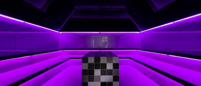 Dampfbad gebaut mit LED Beleuchtung an den Sitzflächen und am Deckenanschluß.