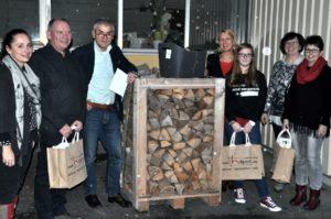 Die Malerin Yvonne Zimmer-Saalbach mit Herrn Hilpert und den glücklichen Gewinnern mit Ihren Gewinnen.