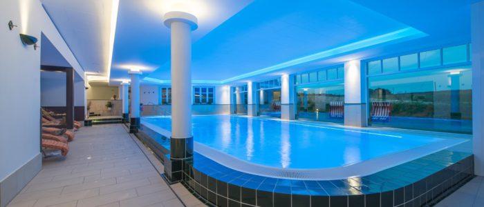 Pool, Schwimmbad oder Schwimmbecken gebaut mit keramischen Formteilen als Beckeneinfassung.