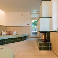 Romantikhotel Fischerwiege Ahrenshoop Ruheraum Kamin keramischer Wandbelag