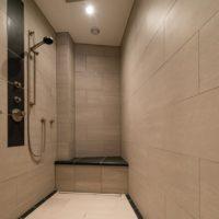 PrivatSpa BUH (private Wellness-Oase) - Dusche mit Sitzbank und Regenteller