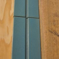 neue keramische Wandplatten in Glasur und Form den bestehenden Elementen angepasst.