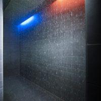 Erlebnisdusche mit Beleuchtung und Regentellern als Regenstraße