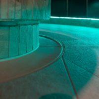 Voshövel Spa: Dampfbad Detail der Bodenentwässerng mit einer Rinne aus Keramik unserer Fertigung.