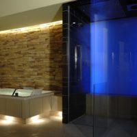 Privatspa: Luxus Wellnessbereich im Dachgeschoss (DG) eines Wohnhauses Dusche und Whirlpool