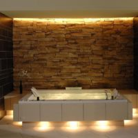 Privatspa: Wellnessbereich im Dachgeschoss (DG) eines Wohnhauses Whirlpool Naturstein Rückwand Wanne mit Beleuchtung im Sockel LED Licht
