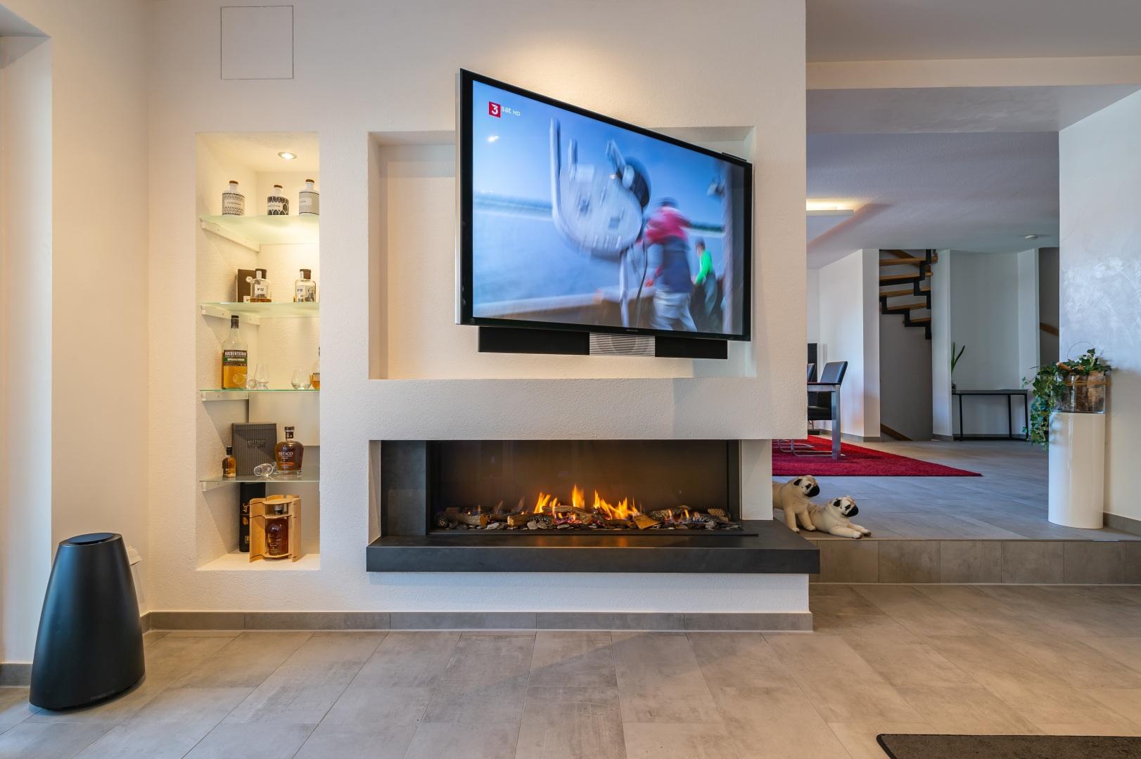 Gaskamin und Fernseher in Wand für Wohnzimmer u. Esszimmer