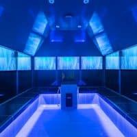 Design-Dampfbad im Freizeitbad Gochness: Video-Screens Bildschirme Fernseher mit blauer LED Beleuchtung