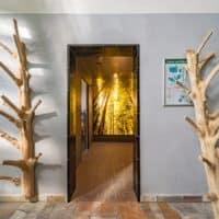 Zugang bzw Eingang Saunabereich mit Dusche vor dem Dampfbad im Freizeitbad Gochness mit LED Beleuchtung Wandbild in der Dusche Dusche. Glasscheibe mit Druck hinterleuchtet.