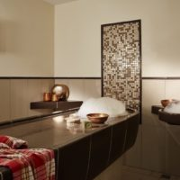 LINDNER Hotel & Spa Binshof Ayurveda Massageliege aus Keramik und Seifenschaum mit keramischem Waschtisch.