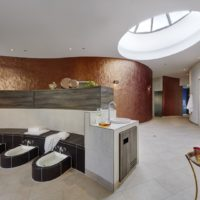 LINDNER Hotel & Spa Binshof in Speyer: Mehr als nur eine Sitzbank mit Fußbad / Wärmebank mit keramischen Fußbecken.