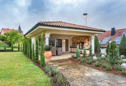 Gartenkamin mit Pizzaofen und Grill im Gartenhaus bzw. Gästehaus